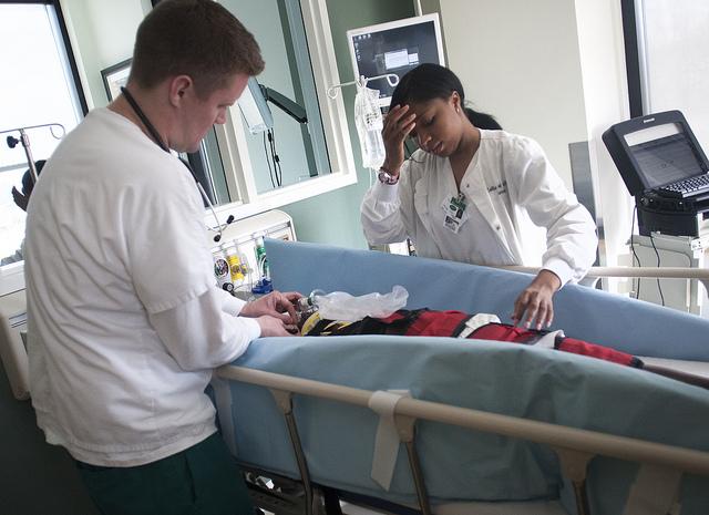"Bild: ""EMT/Nursing Pediatric Emergency Simulation - April 2013 3"" von COD Newsroom. Lizenz: CC BY 2.0"