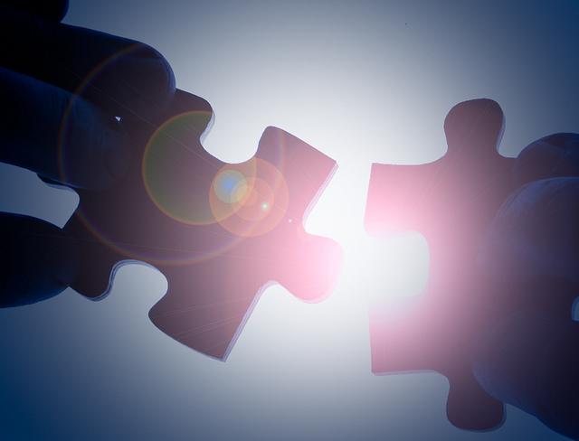 """Bild: """"Putting The Puzzle Together"""" von Ken Teegardin. Lizenz: CC BY 2.0"""