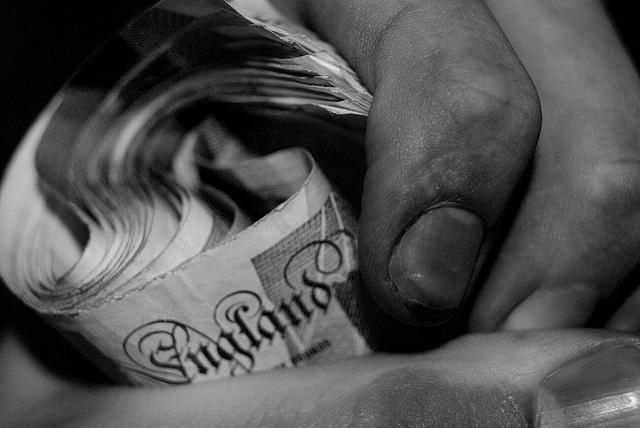 hier hat jemand geld in der hand