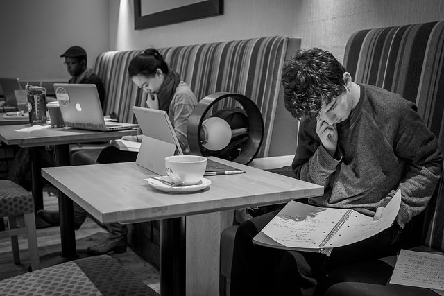 hier lernen menschen in einem cafe