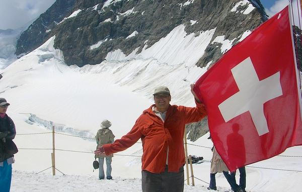 hier-steckt-jemand-eine-flagge-auf-eine-bergspitze