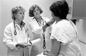 Ärzte untersuchen einen Patienten