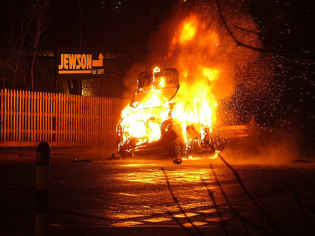"Bild: ""Car fire Freshfield road 09/01/2006 05:06"" von Les Chatfield. Lizenz: CC BY 2.0"