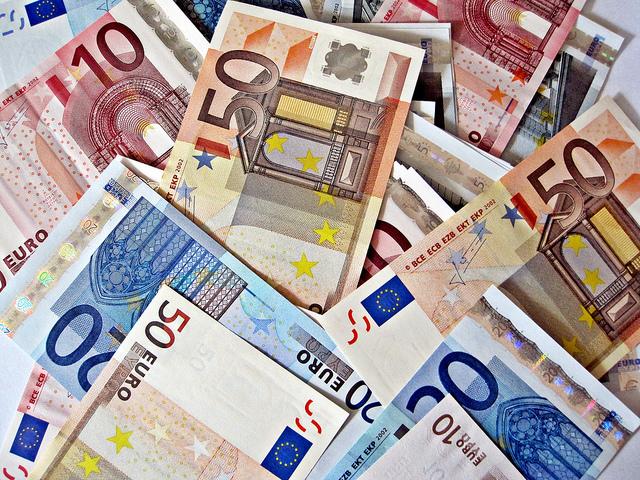 "Bild: "" Pile of Euro Notes"" von  Images Money. Lizenz: CC BY 2.0"