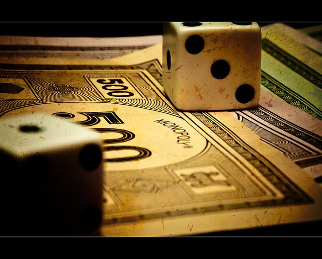 """Bild: """"Monopoly Money [Explored]"""" von Jason Devaun. Lizenz: CC BY 2.0"""