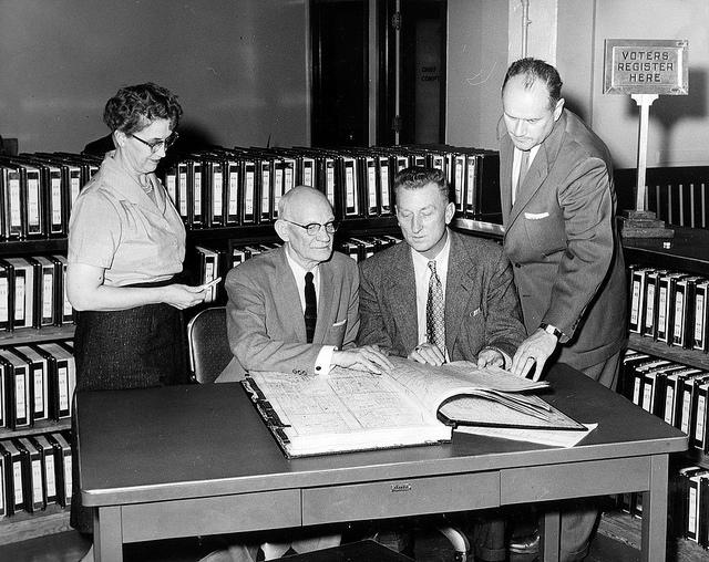 """Bild: """"Comptroller's Office employees, 1957"""" von Seattle Municipal Archives. Lizenz: CC BY 2.0"""