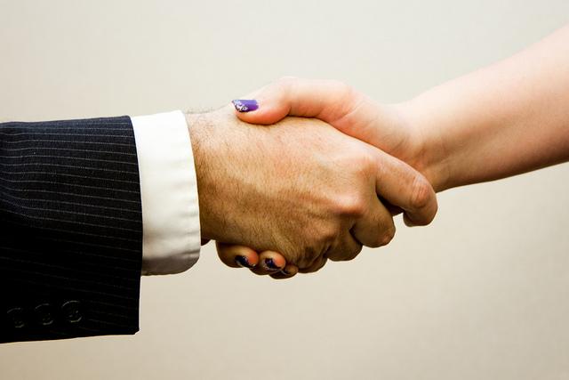 """Bild: """"Handshake man - women"""" von Flazingo Photos. Lizenz: CC BY-SA 2.0"""
