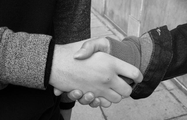 Hand schütteln auf einen gemeinsamen Job