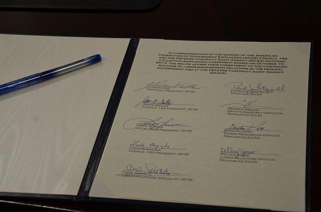 "Bild: ""AFGE/DCAA Contract Signing"" von AFGE. Lizenz: CC BY 2.0"