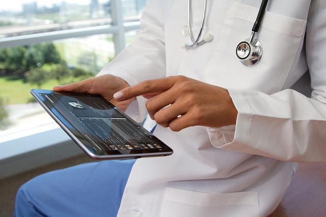 das ist ein arzt mit tablet