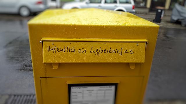 gelber Briefkasten mit Aufschrift Hoffentlich ein Liebesbrief
