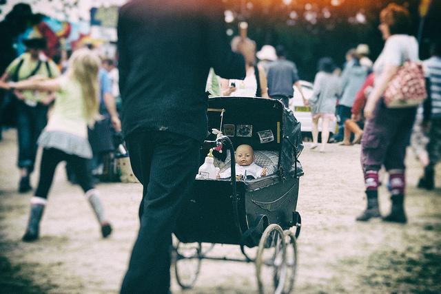 Frau mit Puppe im Kinderwagen