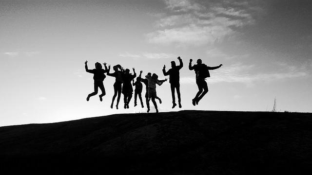 silhouette-menschen-hüpfen-gemeinsam