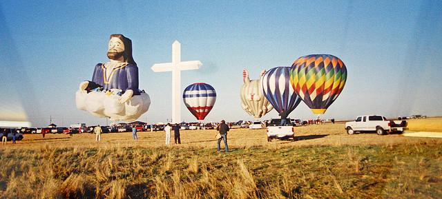 viele-heißluftballons-ein-jesus