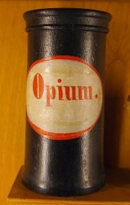 das ist ein apothekengefäß zur aufbewahrung von opium als arzneimittel aus dem 18. oder 19. jahrhundert